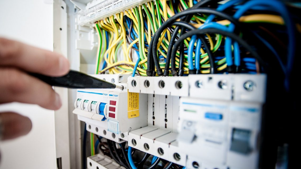 Par quel professionnel faut-il faire vérifier son installation électrique ?